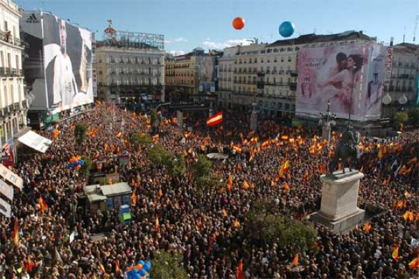 """Miles de españoles """"reflexionan"""" en la calle"""