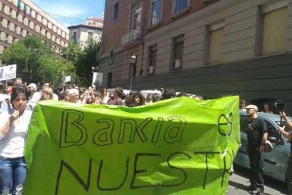 Un banco público que regale pisos